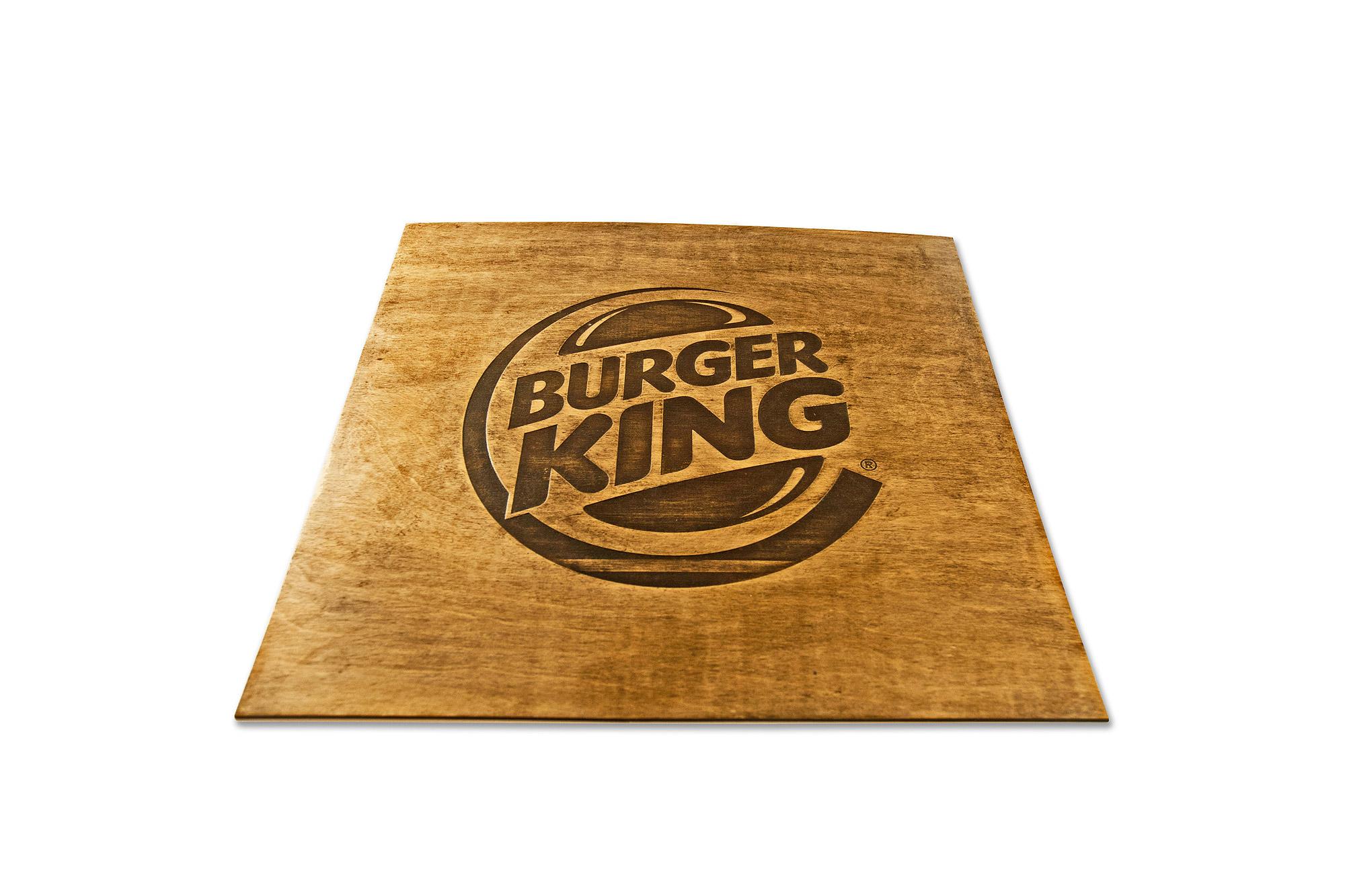 grawer dwu kolorowy, grawerowana tablica, grawer na tablicy drewniane, głęboki grawer, wycięcie logo w drewnie