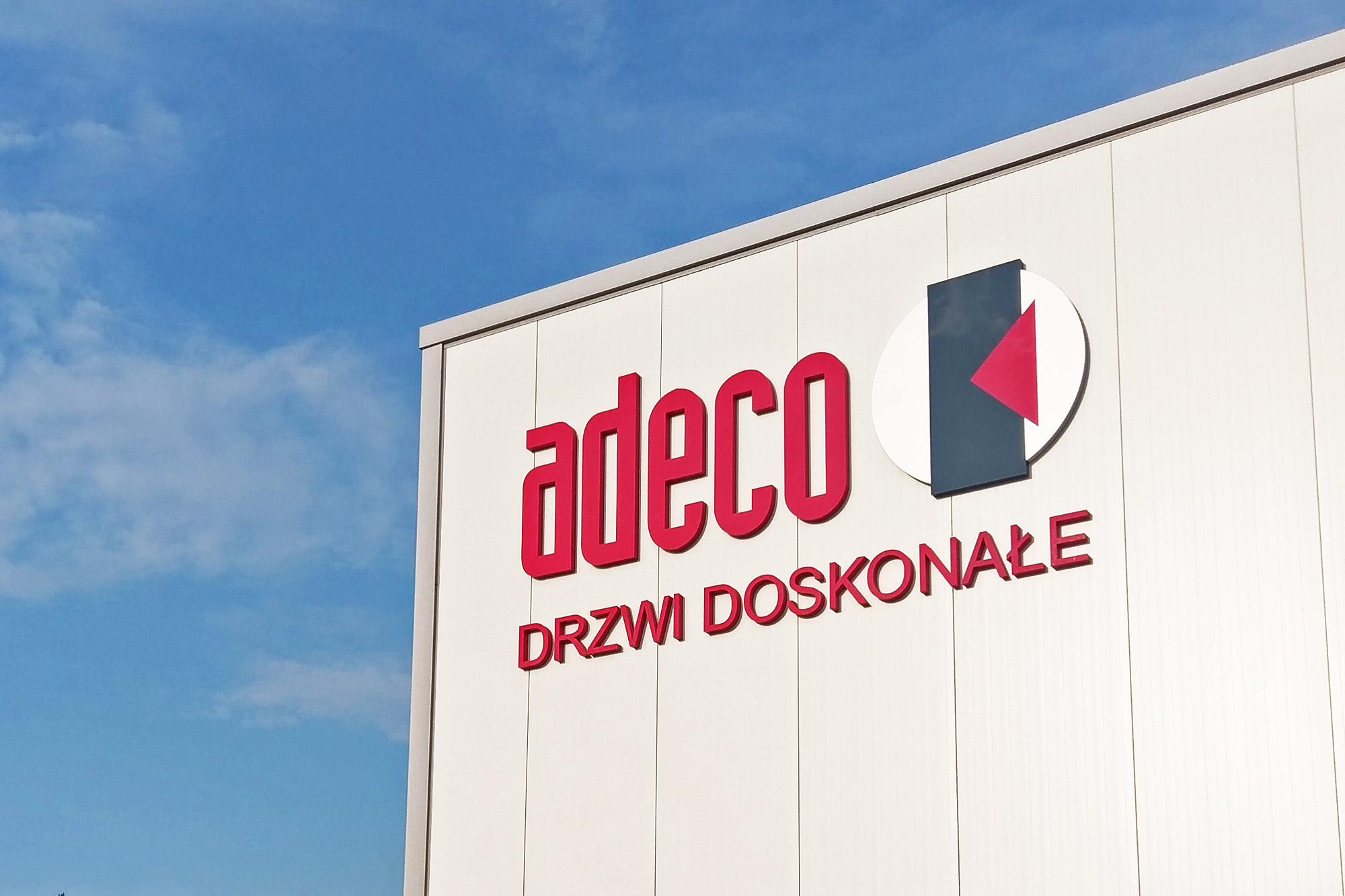 adeco litery przestrzenne na budynek, reklama na budynku, reklama na hali firmowej