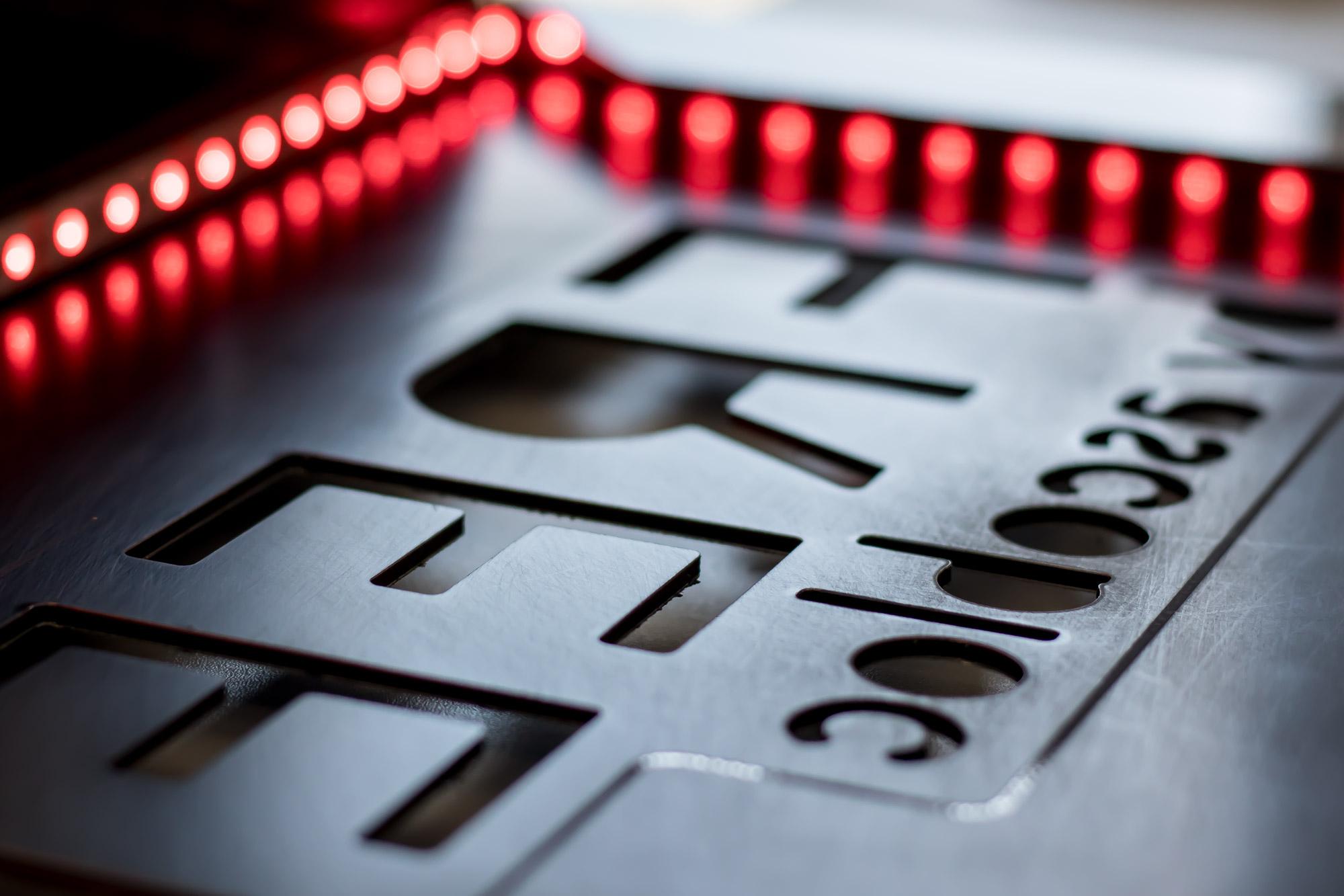 Kaseton podświetlany, litery świetlne różnymi kolorami, produkcja kasetonów